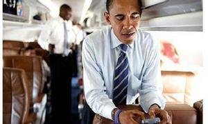 Obama, con su Blacberry (Fuente: ABC.es)